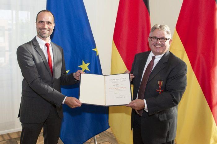 Staatssekretär Clemens Hoch überreicht Adolf T. Schneider den Verdienstorden der Bundesrepublik Deutschland; © Staatskanzlei RLP / Pulkowski