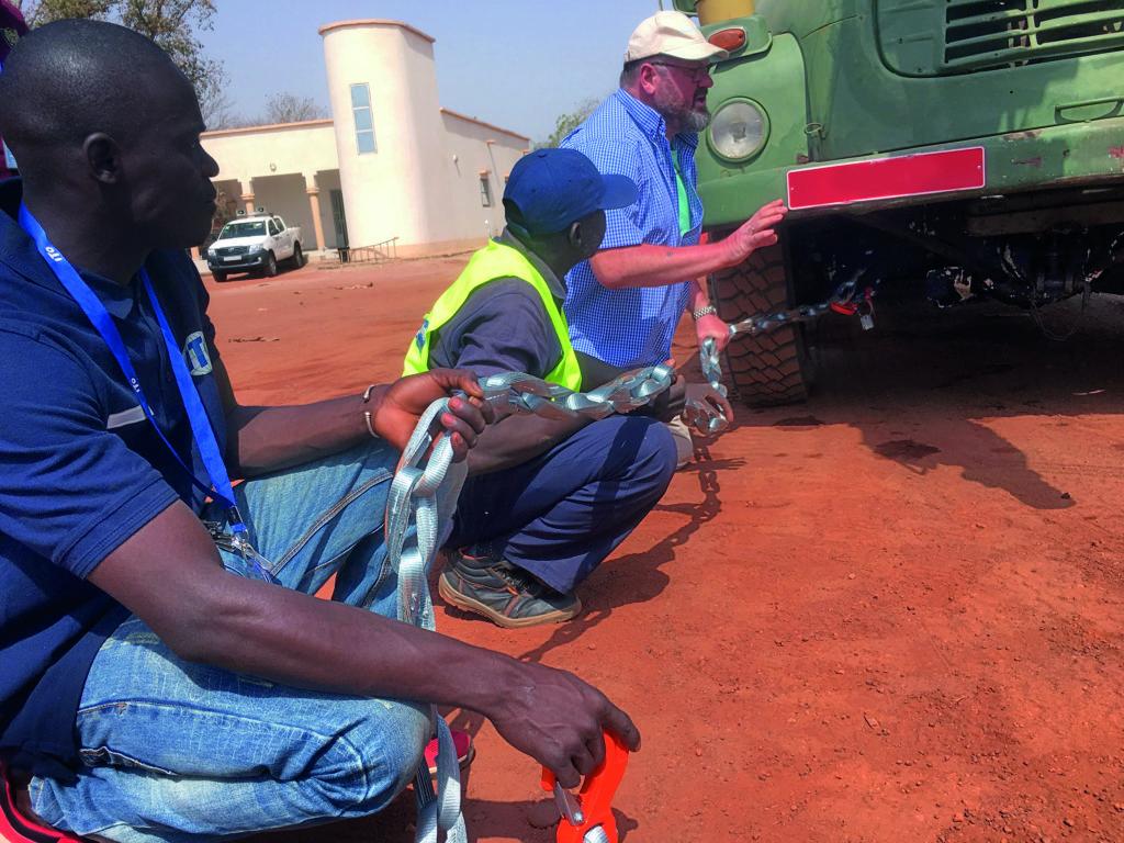 Fahrer und Konvoibegleiter bei der praktischen Einweisung
