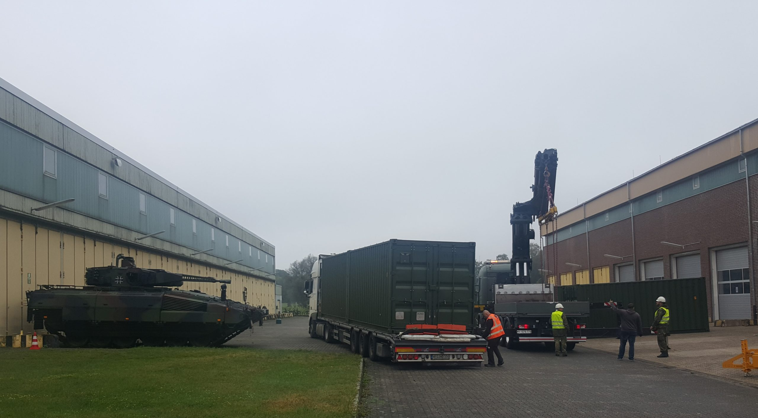 Blauer Bund Anlieferung der Sonderwerkzeugcontainer zur Erprobung