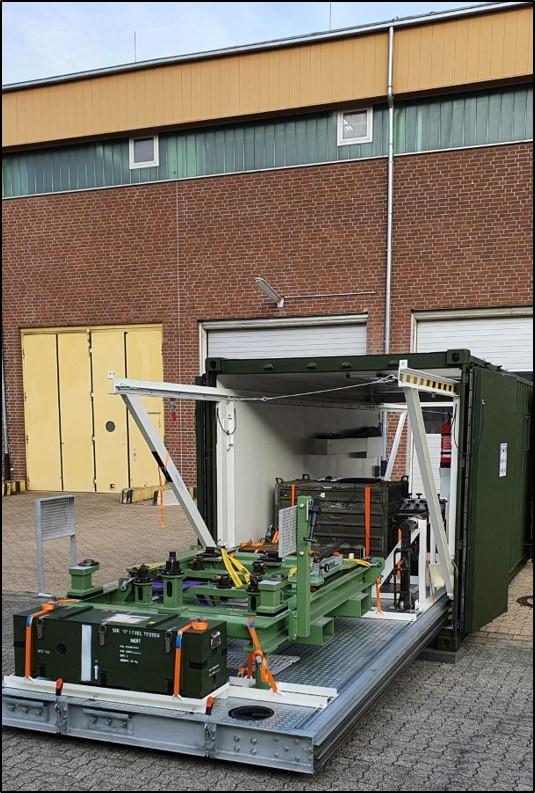 Blauer Bund Sonderwerkzeugcontainer SPz PUMA Blick auf den Ausziehboden