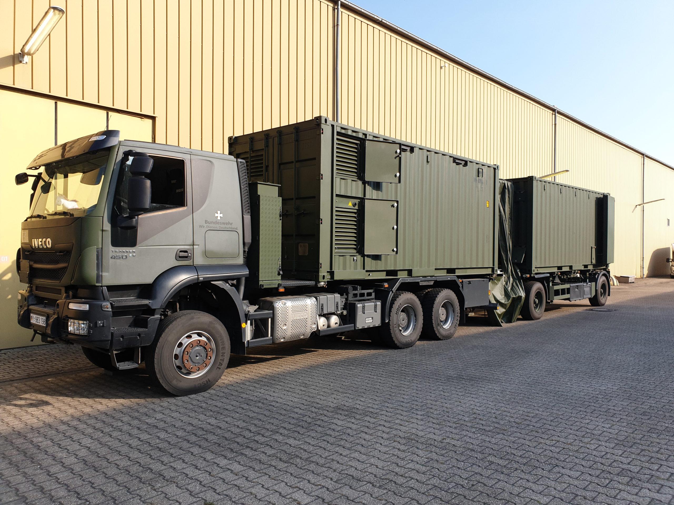 Die Werkzeugsonderausstattung der Panzerhaubitze 2000 in Containern auf Transportfahrzeug verslastet