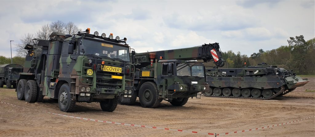 Bergepanzer und Fahrzeugkran der Bundeswehr neben dem Niederländischen Bergefahrzeug