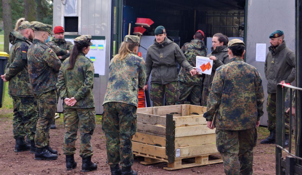 Besuch LogSBw - Vorstellen der NLD Munitionsgruppe durch die Gruppenführerin