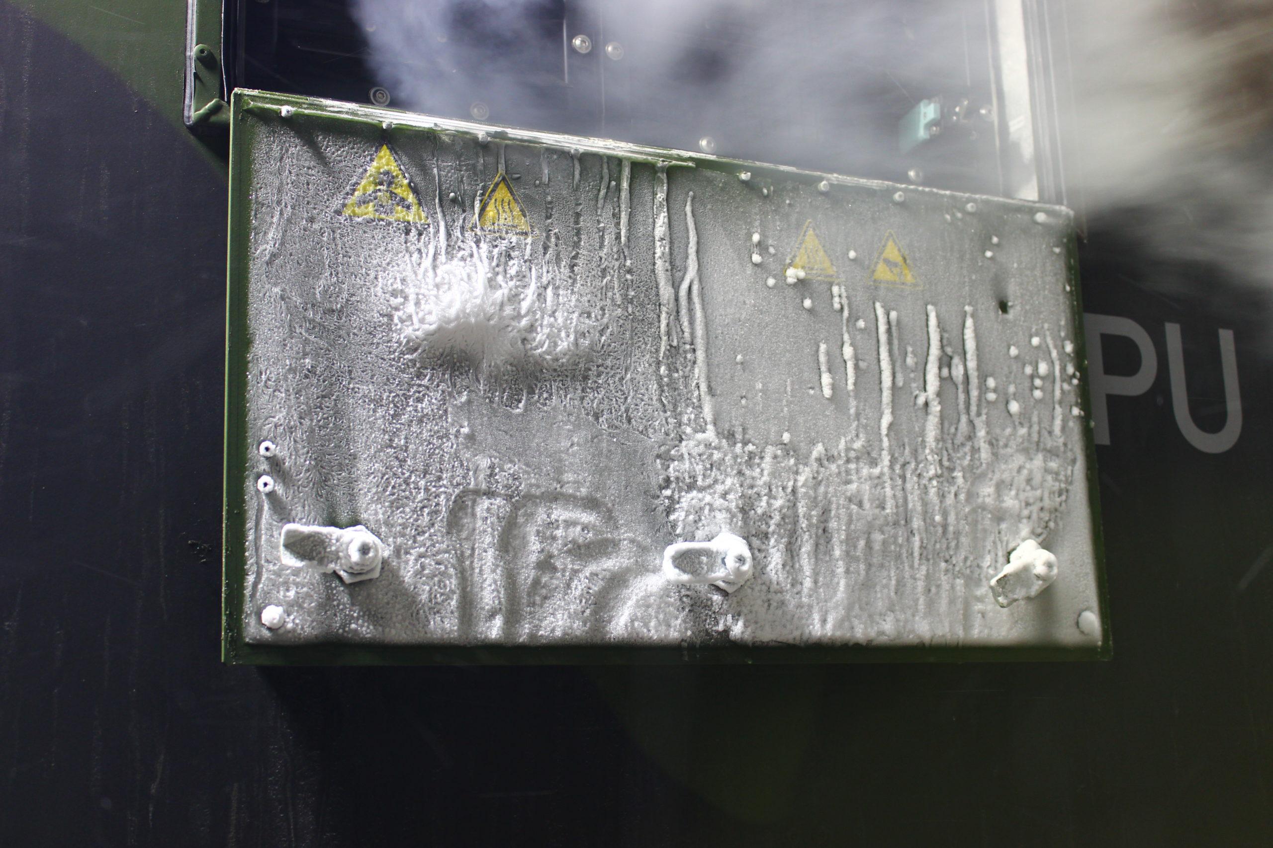 Raureif am Hinweisschild der Feldküche - Kälteerprobung in Norwegen