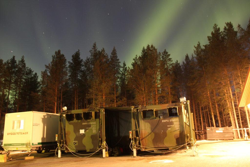 Die Feldküche bei starker Kälte unter abendlichen Polarlichtern