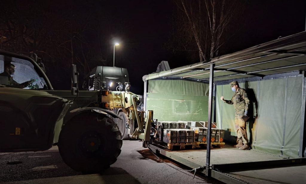 In der Nacht - Umschlag von Munition und Vorbereitung zum Abtransport