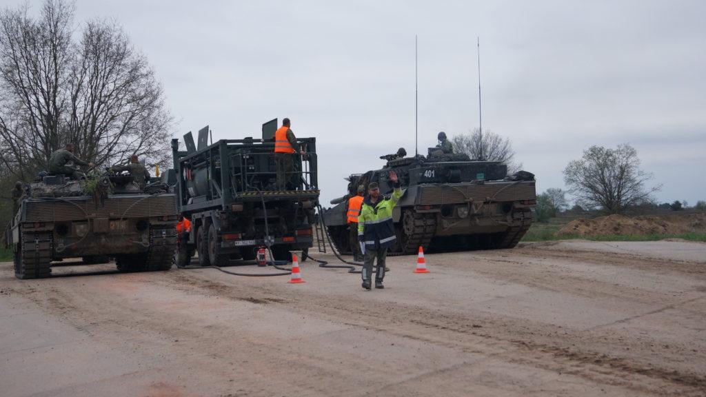 Kräfte des PzBtl 414 am Betankungspunkt der CSS Coy - zwei Leopard 2 werden parallel betrankt während der Betankungsfeldwebel die nächsten Gefechtsfahrzeuge abruft