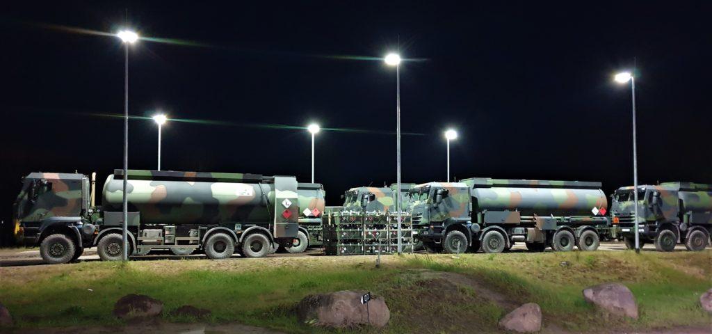 Straßentankwagen führen in den Nachtstunden fFolgeversorgung an Kraftstoff durch